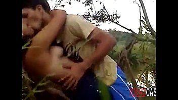 Casal brasileiro fazendo amor no meio do mato
