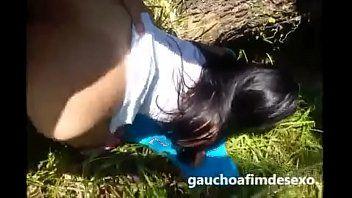 Enfiando gostoso pau na buceta da vadia no mato