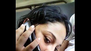 Gata safada fazendo boquete no amante enquanto fala com o corno no telefone
