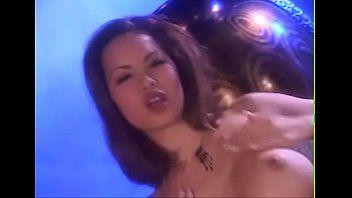 Ninfeta asiática sendo fotografada nua no sofá