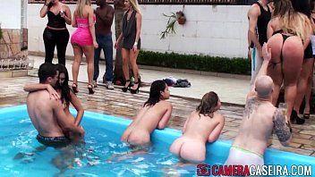Rabudas dançando peladinhas dentro da piscina