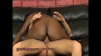Sexo interracial com macho espancando a vadia negona