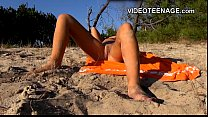Danadinha ficando excitada na praia