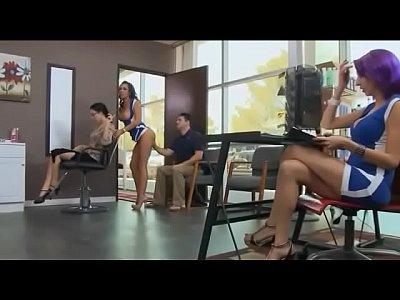 Safadas brasileiras fazem orgia no salão