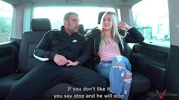 Comendo no carro a loirinha que adora uma putaria