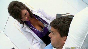 Enfermeira gostosa dando o bucetão pro paciente dotado