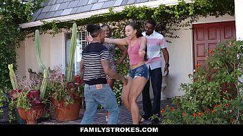 Familystrokes comendo a esposa do irmão enquanto ele fode a outra