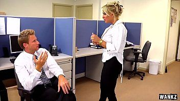 Milf gostosa dando a vagina para o funcionario no meio do escritorio