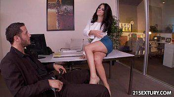 Mulher gozando dando para o executivo na empresa