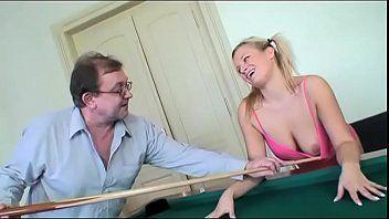Novinha dando pro velho sacana em cima da mesa de sinuca