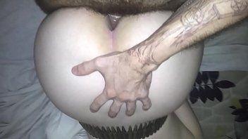 Pornô caseiro comendo a branquinha rabuda de quatro