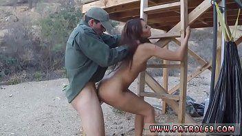 Sexo em público com o policial comendo a morena gostosinha