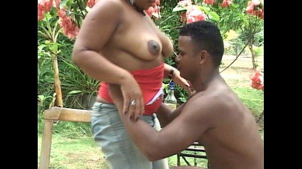 Negão fodendo a xota da vizinha gorda tarada gemendo muito
