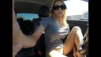 Gostosa de calça legging se masturbando até gozar e ficar molhada