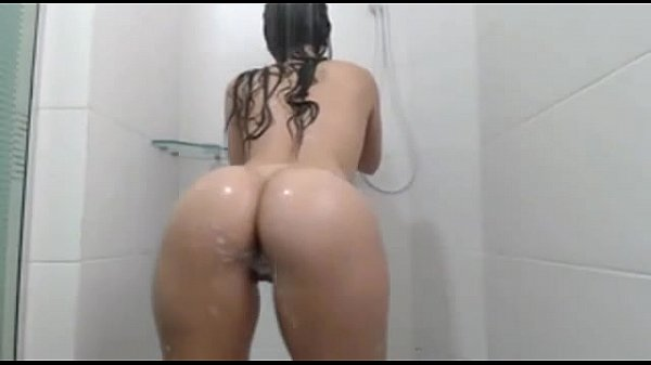 Morena super gostosa se exibindo no banho peladinha