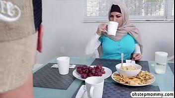 Mia khalifa na suruba com a amiga libanesa dando pro americano