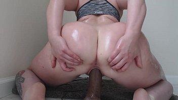 Bunda gigante sentando no pinto de borracha grande