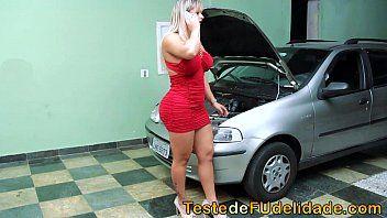 Loira brasileira em teste de fidelidade com mecânico