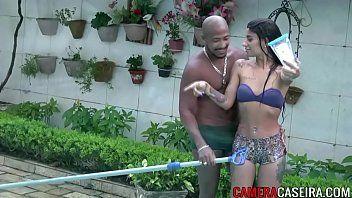 Negão metido a malandrão no porno brasileiro na piscina