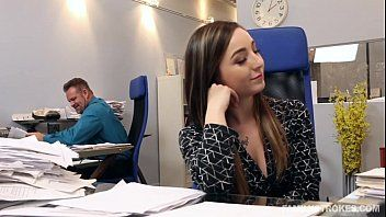 Sexo no trabalho com a gostosinha da secretária