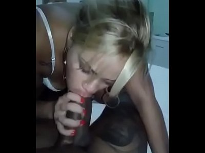 Bêbada sendo forçada a foder e engolindo gozada
