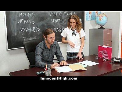 Professor comendo a aluna com cara de nerd