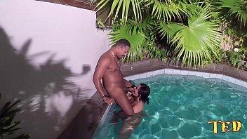 Xvideos anal com a bronzeada mulatinha na piscina