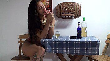 Bêbada a gostosinha se diverte na siririca