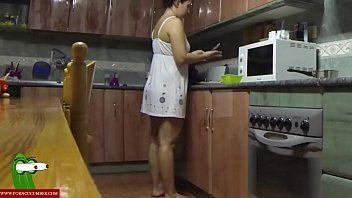 Casal fogoso se soltando na cozinha e filmando sexo