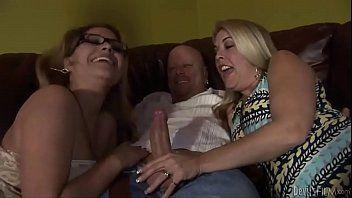 Coroa em ação com duas mulheres amadoras no grupal