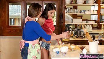 Incesto de mãe e filha transando na cozinha