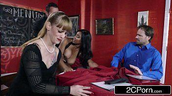Mulheres gostosas nuas em vídeo porno no restaurante