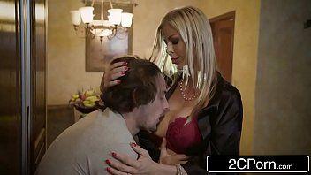 Porno hub com loira casada traindo marido dando pro garoto
