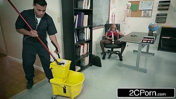 Professora gostosa transando na sala com faxineiro