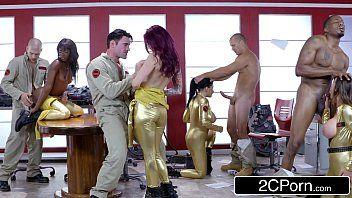 Rabuda fazendo orgia com o marido na casa de swing