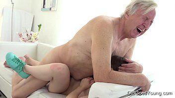 Sexo coroas comendo a buceta da neta de 18 anos