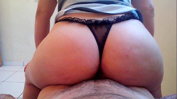 Pornografia amadora grátis com a rabuda de calcinha enfiada