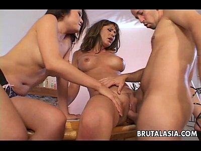 Ninfetas asiaticas fazendo sexo a três com gringo
