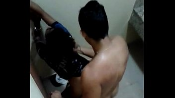 Porno novinha flagrada no banheiro sentando no noivo