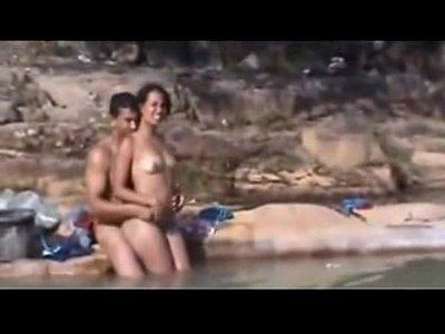 Sexo com a mulatinha charmosa ao ar livre