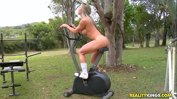 Sexo na bicicleta com a peladona brasileira