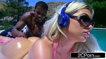 Vidios de sexo com negão comendo loirona na beira da piscina