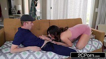 Mulher perfeita transando no sofá com o magrinho pauzudo