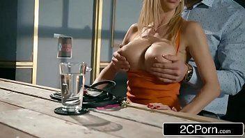 Peituda natural transando com bonitão em filme porno