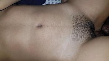 Ninfeta sensual da vagina rachada peludinha dando