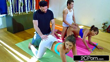 Sexo na aula de yoga com as gostosas usando legging