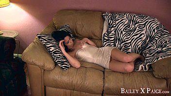 Beeg taradinha nua no sofá se saciando na dedada