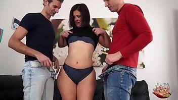 Boquete com punheta nos dois atores ejaculando
