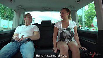 Fofinha gostosa em vídeo exótico dando no carro