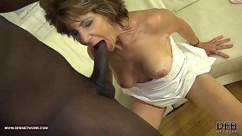 Pica preta em porno interracial com madura